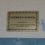 La targa all'ingresso dell'Andrea's School